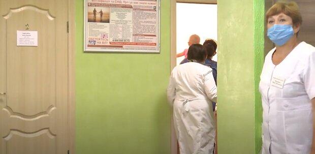 """У Франківську затопило дитячу поліклініку, медики стали сантехніками - """"роздуті"""" меблі та плаваючий лінолеум"""
