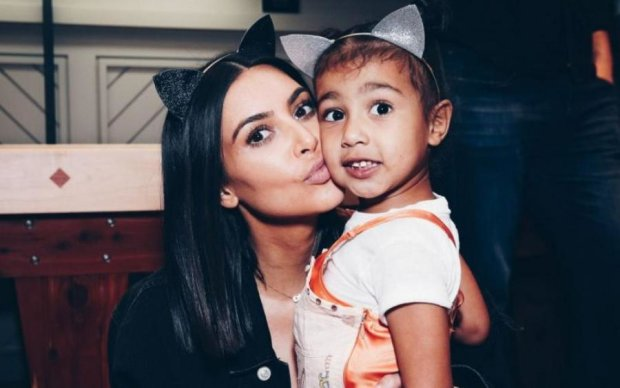 Малышка на миллион: Ким Кардашьян подарила дочери сумку за сотни долларов
