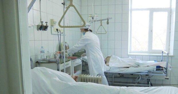 """Львівські медики подарували жінці с величезною пухлиною """"друге життя"""" — складна операція могла закінчитися жалобою"""