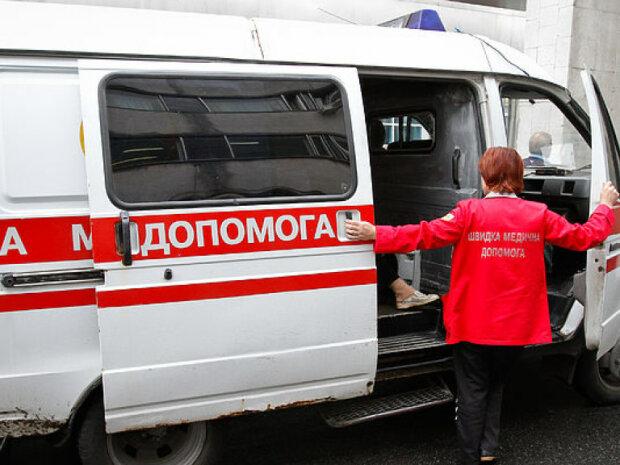 Без рубашки и в одном носке: в Киеве посреди улицы обнаружили полуголый труп