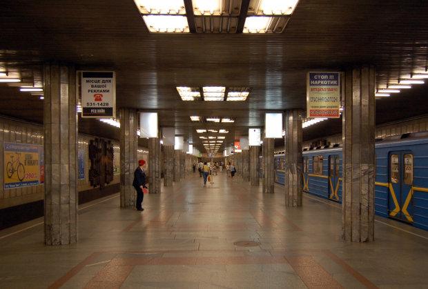 Раптово стало погано: у київському метро жінка померла просто в годину-пік, моторошні кадри трагедії