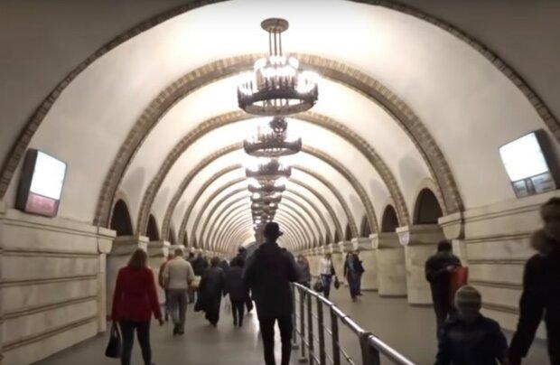 у метро, скріншот з відео