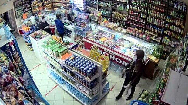 Во Львове орудует банда голодных воров - бутылку под куртку, колбасу в рукав