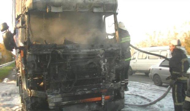 У Харкові на ходу спалахнула вантажівка