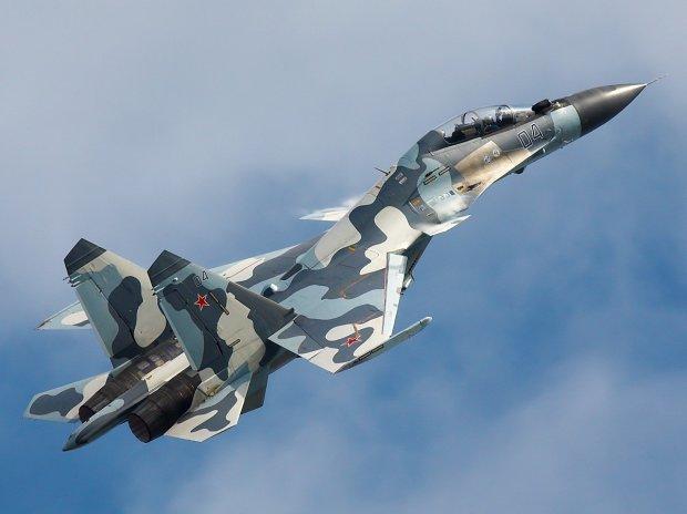 У Росії військовий літак розвалився просто в повітрі: відео жахливої аварії