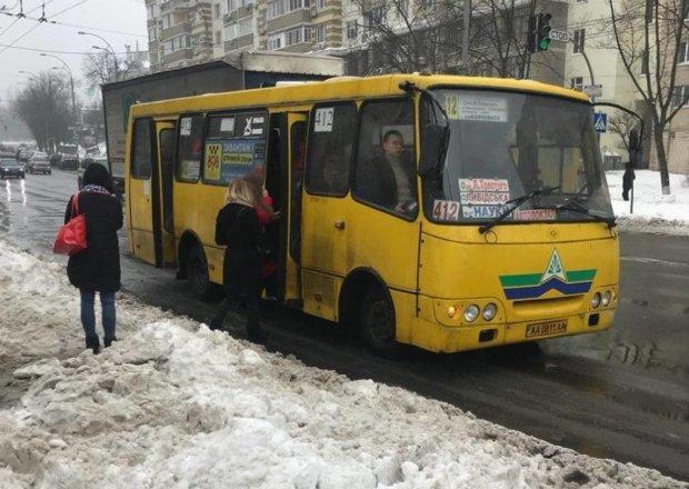 Водій київської маршрутки для економії часу сц*ть прямо у салоні, відмінний сервіс: фото 18+