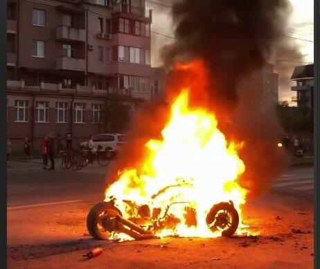 В Ужгороді загорівся байк, скріншот