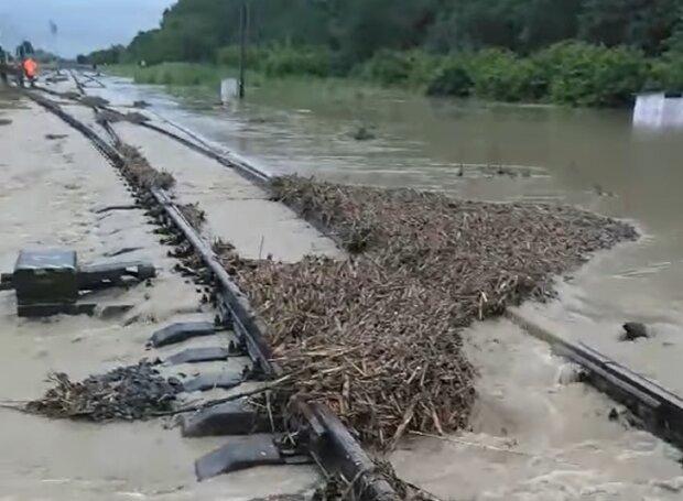 На Франковщине адское наводнение смыло железную дорогу - не ждите поезд