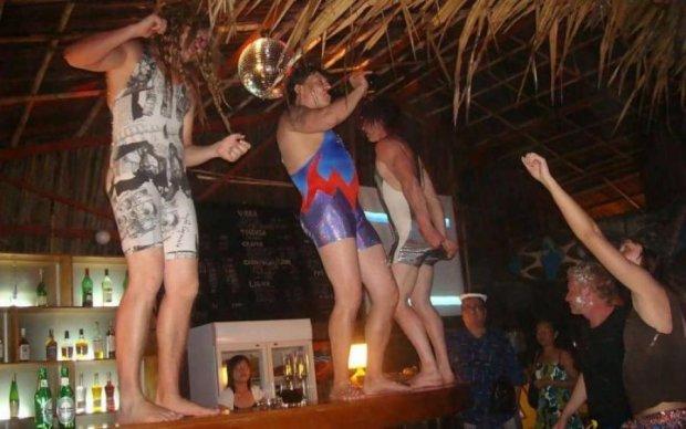 Выбиты окна и покусанная полицейская: дикая россиянка устроила пьяный дебош на курорте