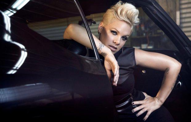 Pink остановила концерт ради юной фанатки, в руках она держала важнейшую вещь