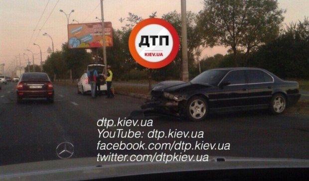 Автомобілі застрягли в заторі на Московському мосту