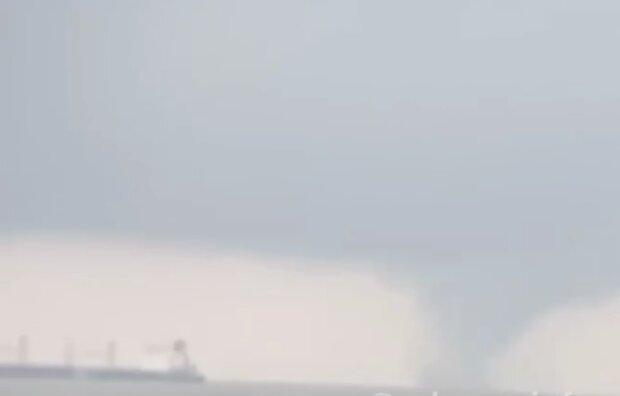Смерч на Черном море, кадр из видео