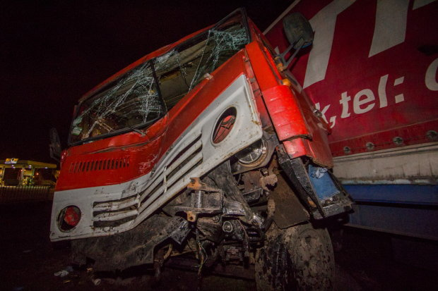 Фура на скорости протаранила автобус со школьниками, есть погибшие и пострадавшие: жуткие кадры