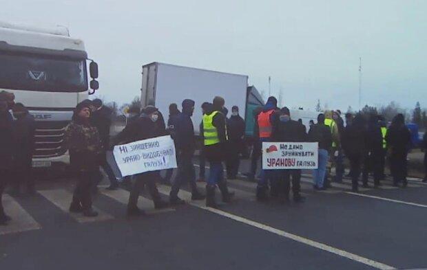 """Шахтеры вышли на митинг посреди дороги и заставили водителей стоять в пробке: """"Платите"""""""