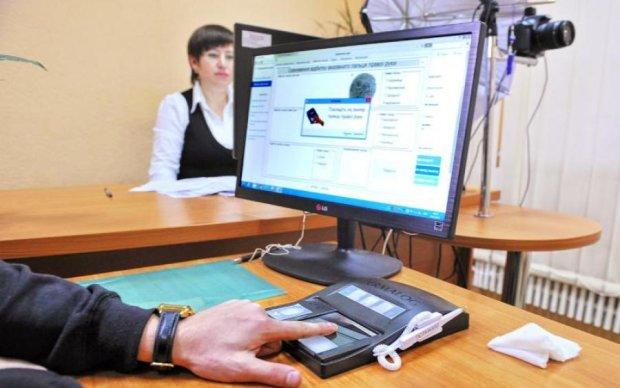 Розмітають блискавично: кримська паспортна афера робить українцем будь-кого