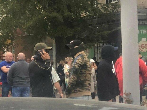 """Кандидат у нардепи Приходько разом із """"тітушками"""" зриває роботу ОВК №210"""