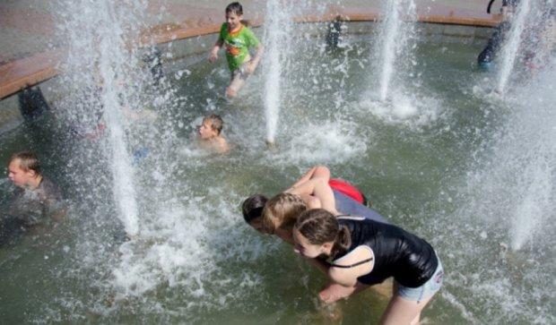 Дворічна дитина втопилась у фонтані на Буковині