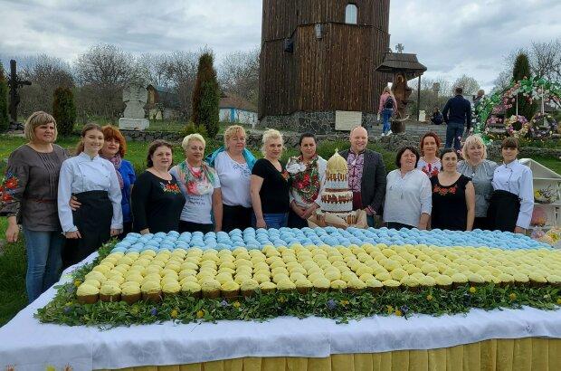 """Українці спекли найбільший великодній прапор: """"Гігантський жовто-блакитний смаколик"""""""