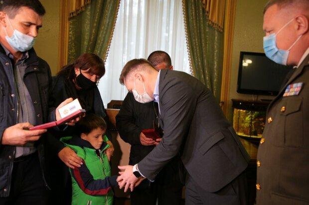 На Львовщине посмертно наградили погибших под Харьковом курсантов, скорбящие матери рыдают на всю Украину