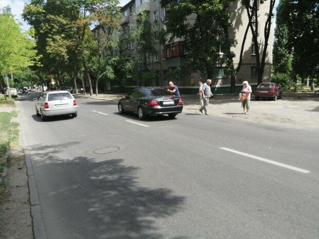 """В Днепре быдло-водитель накинулся с битой на пешехода, переводившего через дорогу бабушку-инвалида: """"Жди неприятностей"""""""