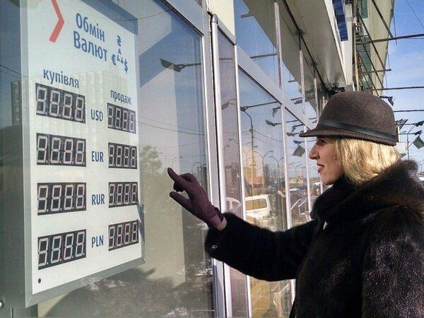 Украинцы массово продают доллары и евро и скупают гривну: что будет с курсом валют