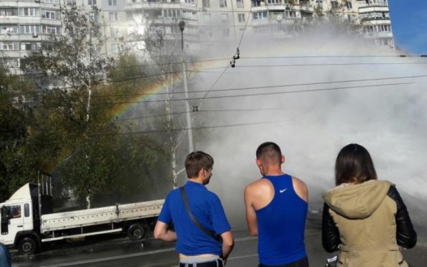 Десятиметровый гейзер уничтожил авто в центре Киева