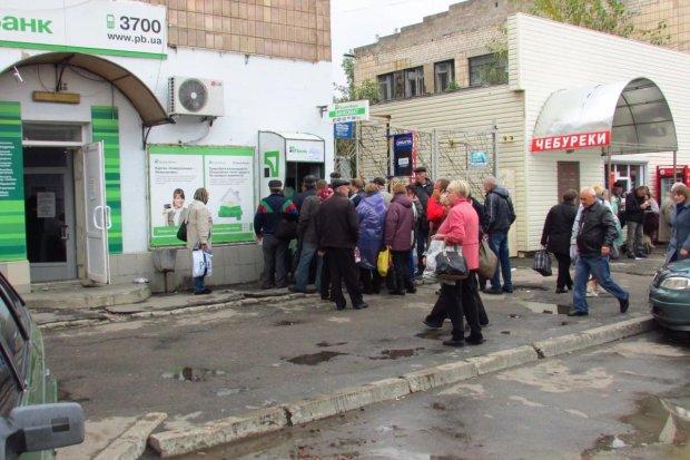 """Клиенты ПриватБанка штурмуют банкоматы, царит паника и страх: """"Астанавитесь!"""""""
