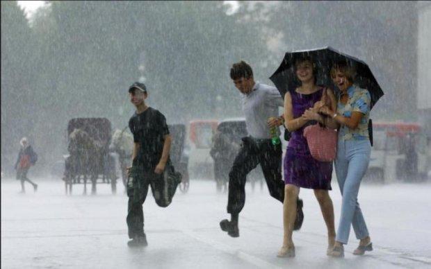 Спека в Україні змінилася снігом: епічні кадри