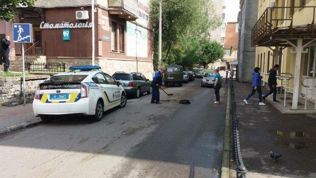 Здание суда облили нечистотами, фото rivnepost.rv.ua/