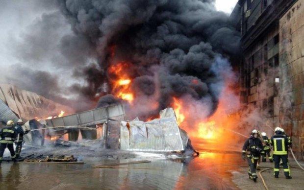 Взрывы и дым: в Калуше вспыхнули мебельные склады