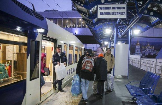 Українці знову спізнювалися до Борисполя: збій в роботі Укрзалізниця виправдовує шедеврально