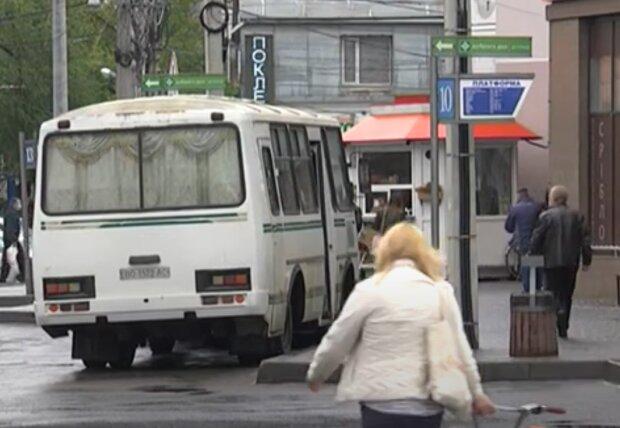 Тернополяне показали, как нельзя делать в транспорте - вечеринка без масок