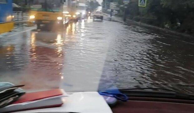 Злива затопила середмістя Хмельницького, скрншот