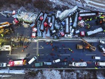 Жахлива ДТП в Китаї: 20 авто перетворилися на криваве місиво та загорілися