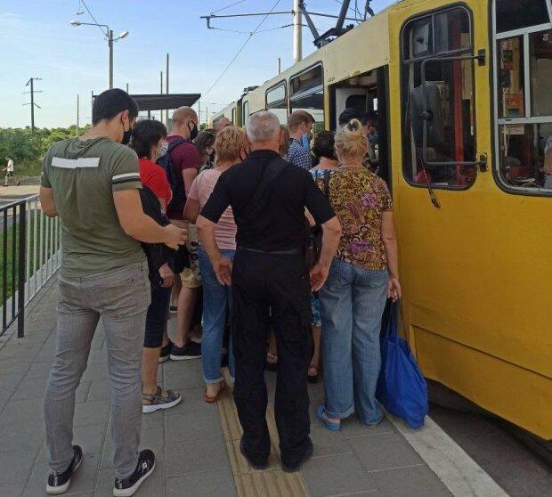 Львів'ян не пускають в транспорт без папірців, і це не гроші