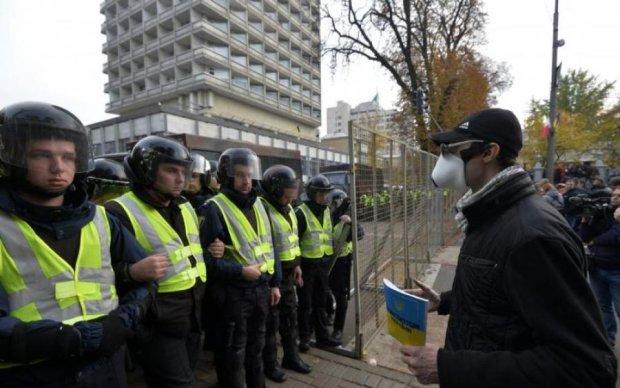 Мітингувальник відгамселив під Радою слухняного поліцейського
