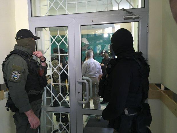 У банк Порошенка увірвалися люди в масках: фото та подробиці