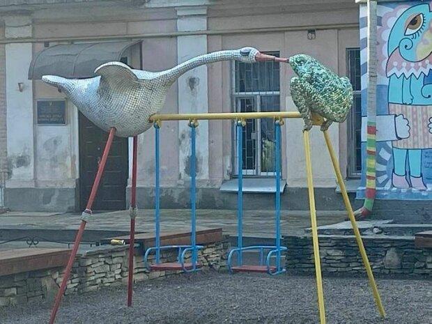 У Києві помітили дуже дивну гойдалку з жабою і гусаком: перехожі довго гадали, в чому справа