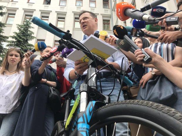 В сети жестоко высмеяли велосипедный визит Ляшко к Зеленскому: пересел с люксового авто за углом