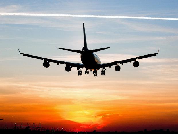 Ледь не згоріли живцем: у пасажирському літаку спалахнув двигун, люди стрибали за борт