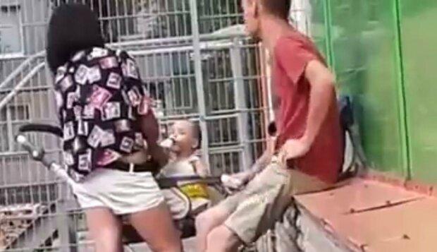 Мать поит малыша пивом / скриншот из видео