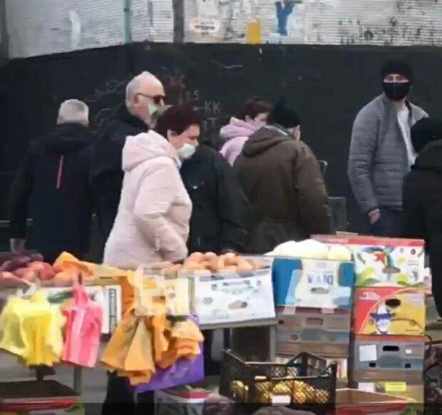 Від покупців немає відбою - у Харкові наплювавши на карантин влаштували стихійну торгівлю