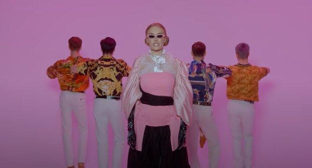 Слава Каминская, скриншот из видео