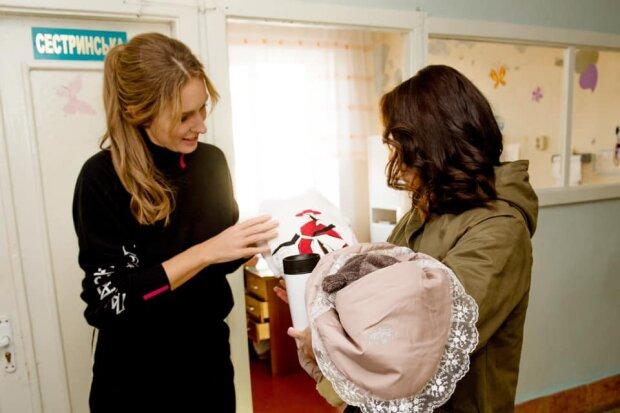 """Катя Осадчая после """"Вечера премьер"""" оказалась в роддоме: держала младенца на ручках"""