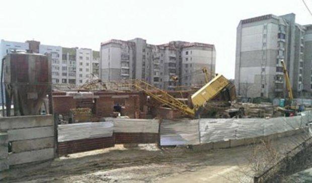 Строительный кран во Львове упал на жилой дом (фото)