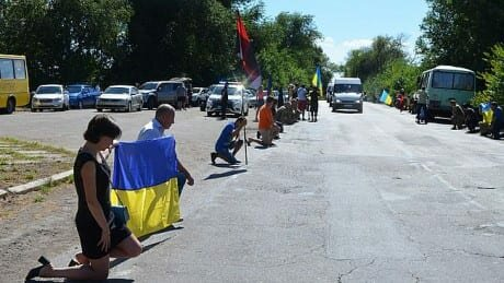 Дніпряни стали на коліна заради загиблого на Донбасі воїна, море квітів і сліз - Герої не вмирають