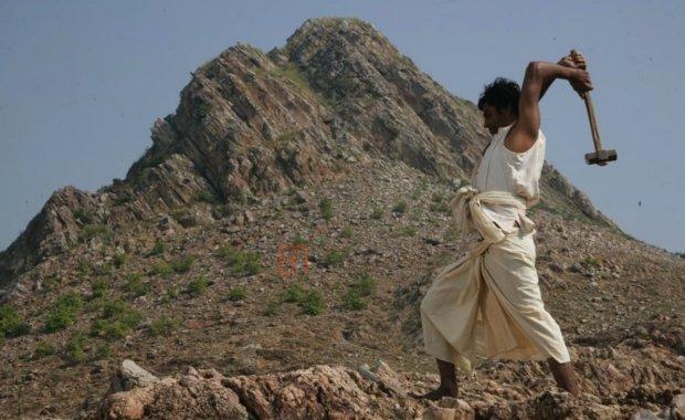 Дашратх Манджхи: как простой человек в одиночку прорубал дорогу через скалы