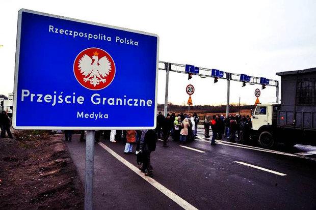 Украинцы могут не вернуться домой на новогодние праздники: на польской границе творится что-то неладное