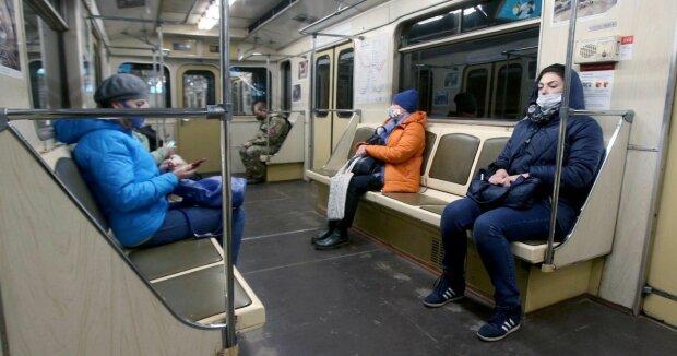 """Киевляне требуют """"поселить"""" Бандеру в метро"""