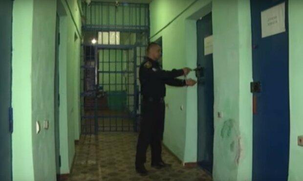 в тюрьме, скриншот из видео